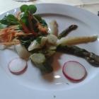 Foto zu Deutsche Eiche: Vorspeisen Salat, weißer und grüner Spargel mit frischen Wildkräutern