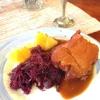 Vom Buffet: Kartoffeln, Rotkraut und Kasseler