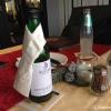Wein mit Krawatte und Tischdekoration