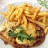 Schmiedeschnitzel mit Speck, Zwiebeln, Champignons und Käse überbacken