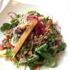 Knackiger Blattsalat mit unserem Hausdressing, dazu Baguette