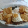 Griechisches Schnitzel mit Spiegeleiern und Bratkartoffeln