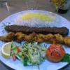 """""""Vasiri"""" für 14,80 €. Ein Spieß Lammfleisch und ein Spieß Hähnchen mit Safranreis, Grilltomate und gemischtem Salat."""