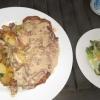 Schnitzel mit Bratkartoffeln und Pfifferlings-Soße + Beilagensalat 16,80 €