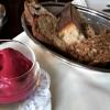 Brot und herrlich frischer Rote Bete Dip mit dezenter Kümmelnote