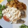 Matjes mit Hausfrauensauce und Bratkartoffeln (11,90€)
