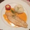 Fischfilet gebraten auf einer Krebs-Sahne-Sauce mit Grilltomate und Basmatireis.