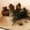 Limousin-Lamm gegrillt und mit Wacholder geräuchert, Bonbons vom Lammnacken mit Trockenfrüchten und hausgemachter Harissa