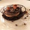 Caramelia Schokoladen-Parfait mit Karamellfüllung auf dunklem Schokoladen-Crumble, Erdnüsse karamellisiert auf kantonesische Art, Chouchou von Kakaobohnen-Bruch