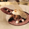 Molke Mousse und Schokoladen-Mandel-Biskuit  mit Blaubeergelee, Joghurt-Puder und Bienennest-Hippe