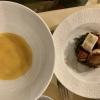 Jakobsmuschel, gegrillter Sankt-Petersfisch und gedämpfter Pulpo lauwarm auf Fischsuppen-Sud mit Mandarinen-Öl, Zitronengras und Seeigel-Zunge