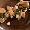 Braeburn Apfel in der Cocotte in Heu gebraten, dazu Mandel-Financier, Brocciu und Ziegenkäse-Creme mit Wacholder-Sirup
