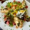 """Salatteller """"Gut Hungenbach"""", dazu Ziegenkäse mit Pesto und Honig"""