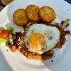 """Schnitzel """"Hungenbach"""" vom Kalb mit Champignons, gebratenem Speck, Zwiebeln und einem Spiegelei, dazu Rösti und ein kleiner gemischter Salat"""