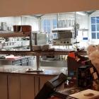 Foto zu Die Mühlenhelle: Blick in die offene Küche