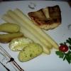 Zanderfilet mit Spargel, neuen Kartoffeln und Sauce hollandaise