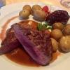 Damwildrücken mit Kartoffeln, Rotweinbirne und Preiselbeeren