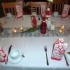 Adventlich eingedeckte Tische