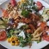 Bunter Salatteller mit Garnelen und frischen Pfifferlingen