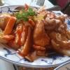 Gebratenes Hühnerfleisch mit Paprika, Champignons, Sprossen und Cashewnüssen