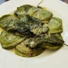 Foto zu Pizzeria Costa Smeralda: Hausgemachte grüne Ravioli mit Spinatfüllung, Salbeibutter und Parmesan - klasse!