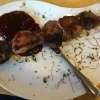 der Fleischspieß 300g mit verschiedenen Fleischstücken mit BBQ Soße (12,20€)
