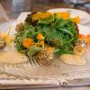 1. Wildkräuter- und Blütensalat mit Auberginenpüree und Ziegenkäsebällchen