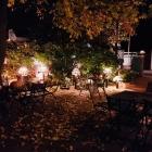 Foto zu Admiral: Romantischer Außenbereich mit herbstlicher Deko