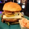 Burger mit Birne und Schafskäse