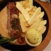 Rumpsteak Madagaskar (200gr.) medium mit grünen Pfefferkörnern in Cognac Rahm Soße, Pommes Frites und Salat