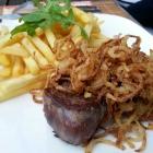 Foto zu Zum Rebhang: Rumpsteak mit Zwiebel und Pommes zu 19€