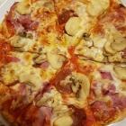 Foto zu Ristorant Pizzeria Calabria Da Santo: Pizza mitSchinken, Peperonisalami und Schinken