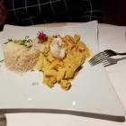 Foto zu Hotel Restaurant Roter Hahn: Aus dem Wok: Hähnchen und Pute - Madubani - mit Reis, Ananas, Paprika, Banane, Curry und Chili
