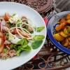 Großer mediterraner Salat mit Bratkartoffeln