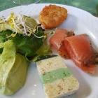 Foto zu Von-Busch-Hof-Klosterkeller: Gebeizter Lachs, Hecht-Brokkoliterrine, Rösti, Avocadoschmand
