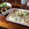 Hausgemachte GemüseRavioli mit Spargel-Erbsen-Ragout und Salat