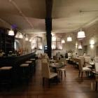 Foto zu Restaurant & Weinbistro Altes Rathaus Oestrich: Der Gastraum ist modern und gemütlich gestaltet und lädt zum Genießen und verweilen ein.