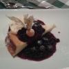 Käsekuchen mit Heidelbeeren und Rumrosineneis