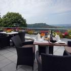 Foto zu Panoramahotel Waldenburg: Terrasse mit Panoramablick über die Hohenloher Ebene
