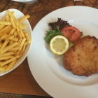 Foto zu Bistro Zentrale: Cordon Bleu mit Salat und wählen Pommes dazu (12,50€