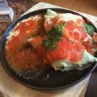 Foto zu Bistro Zentrale: hausgemachten Maultaschen mit Tomatensauce, Mozzarella und Salat (9,90€