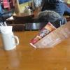 die Speise- und Getränkekarten stecken im Tisch