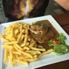 Foto zu Landgasthof Peterwirt: Pfefferschnitzel mit Pommes