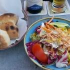 Foto zu Fährhaus Meersburg: Beilagensalat mit frischem Pizzabrot