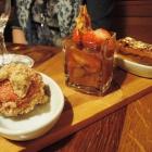 Foto zu Gerümpelstube: Gebrannte Karamellschnitte mit Rhabarberkompott und Erdbeersorbet