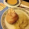 gepökelte Schweinsknöchla mit Sauerkraut und Erbsenpüree.