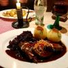Sauerbraten mit rohen Kartoffelklößen und Lebkuchensauce