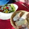 Kleiner Salat mit Kartoffelbrot