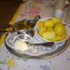 angeschwenkte Salzkartoffeln, geklärte Butter und Meerrettich