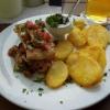 Putenstreigen mit Auberginen, Tomaten, Tsatziki und frittierten Kartoffelscheiben